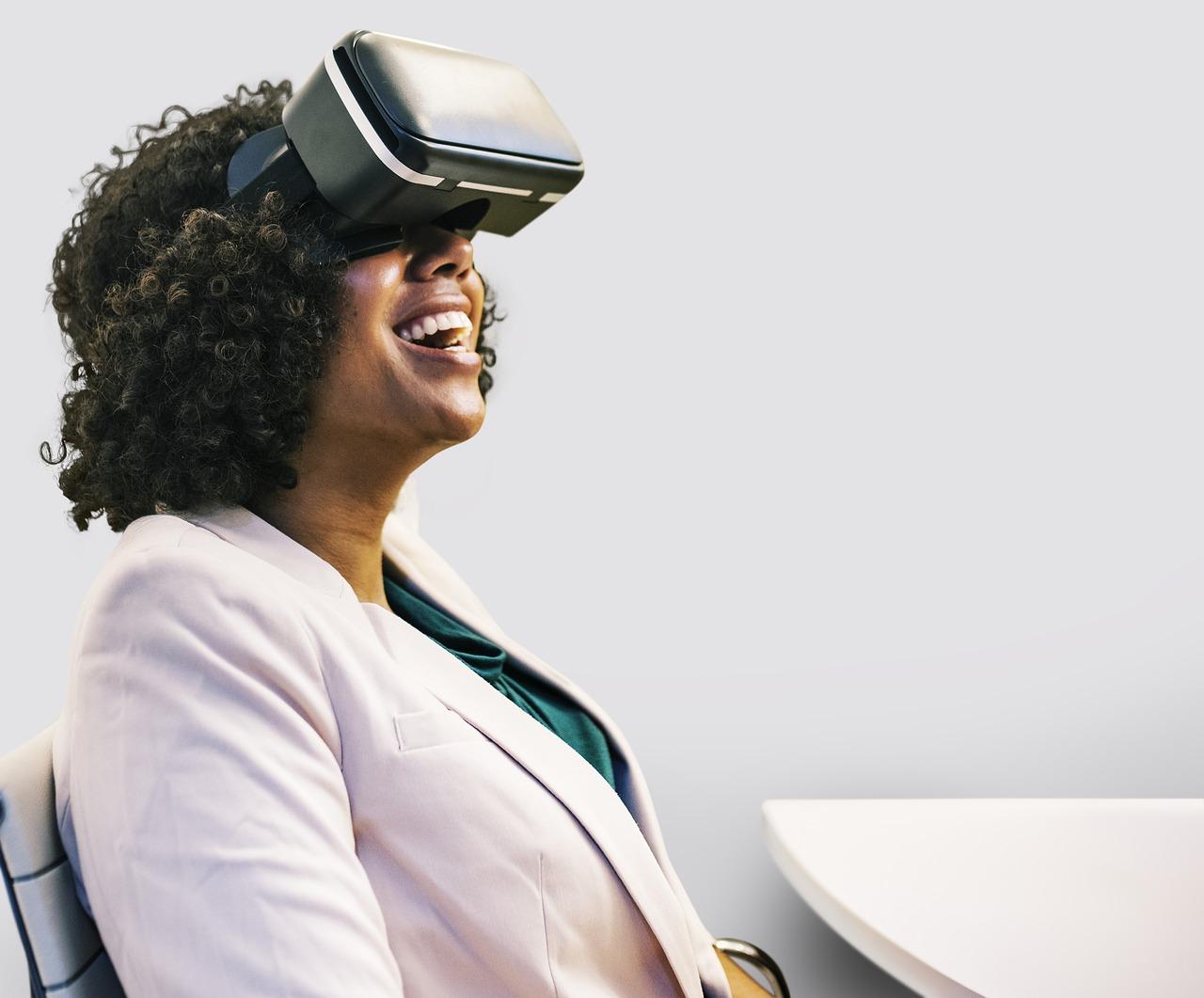 VRを楽しむ女性の画像