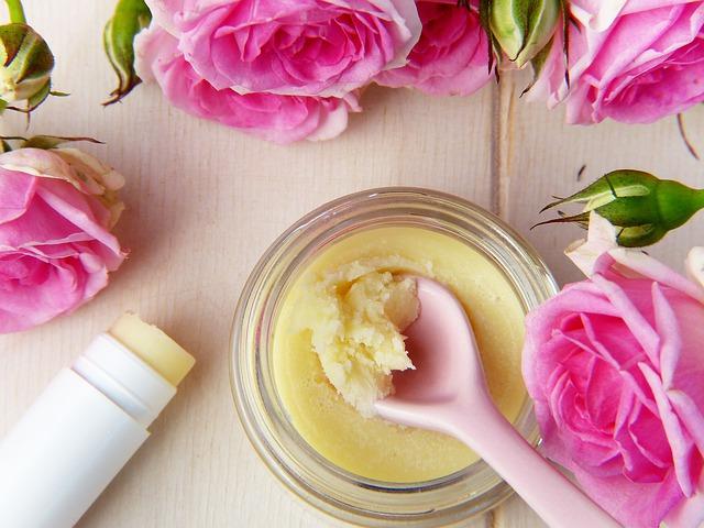黄色いリップクリーム の写真