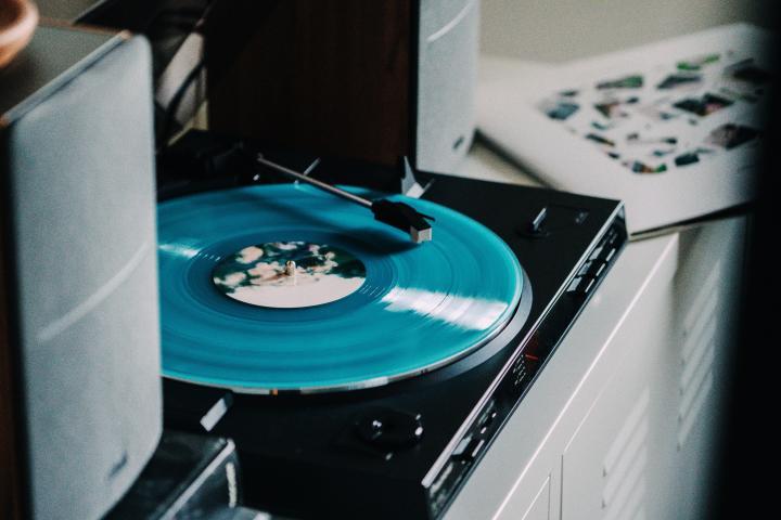 青いレコード盤を再生