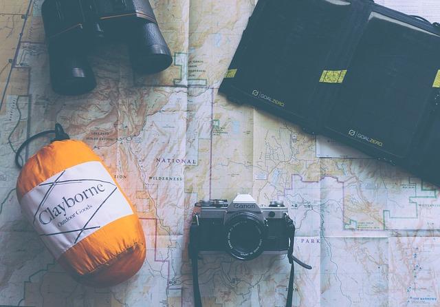 寝袋やカメラなどの写真