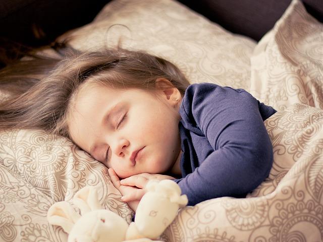 女の子が寝ている画像
