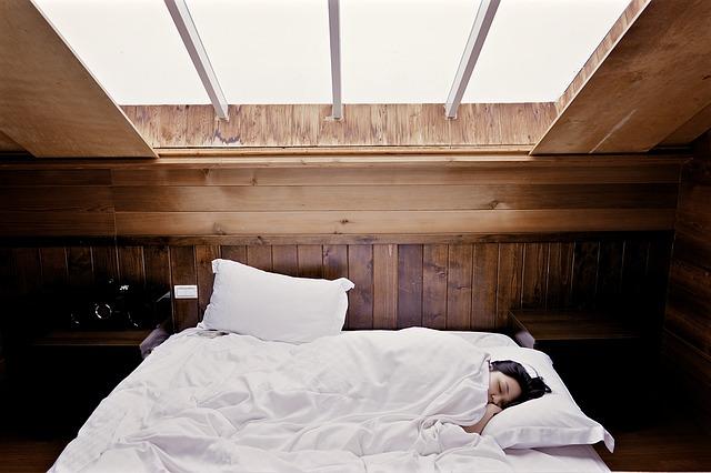 ベットで気持ちよく眠っている人の写真