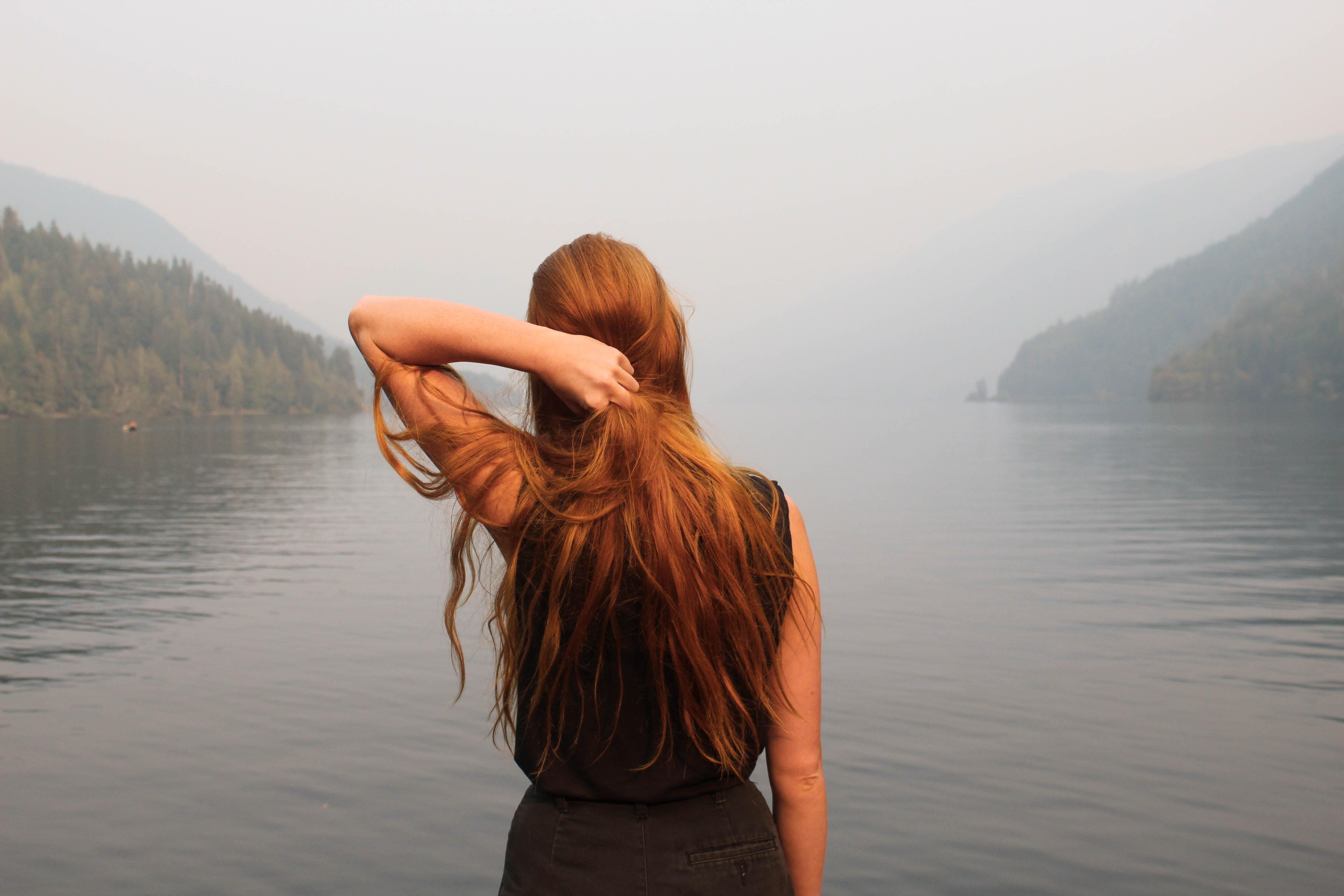 キレイな髪をした女性の後ろ姿