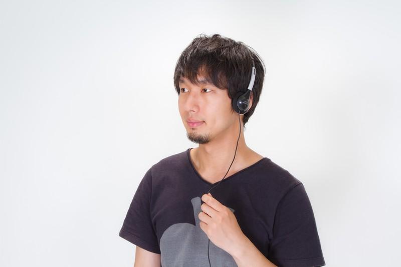 音楽を聴く男性の写真