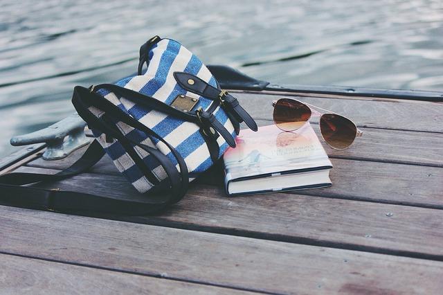 卓上のバッグと小物