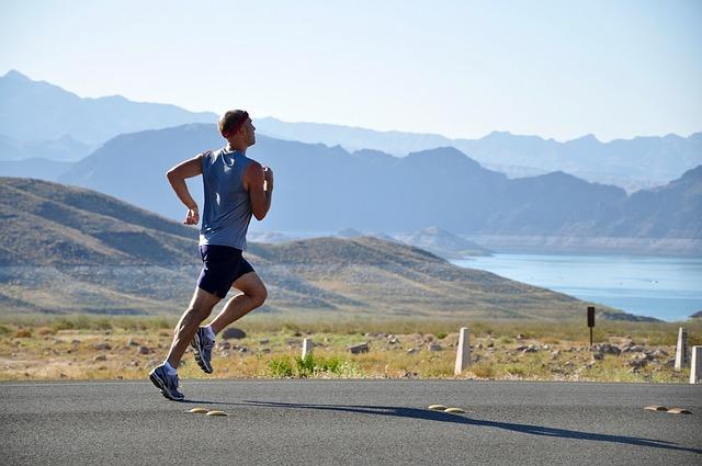 ジョギング中の男性の写真