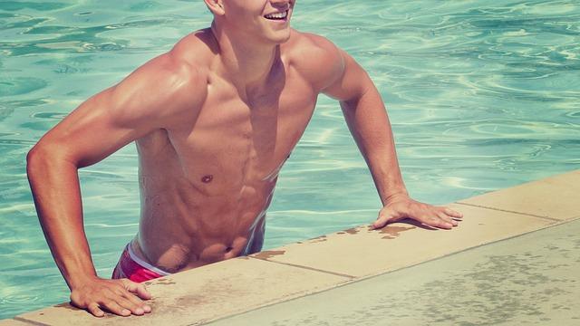 プールから上がる男性の写真