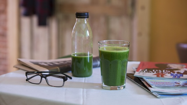 野菜ジュースとマイボトルの写真