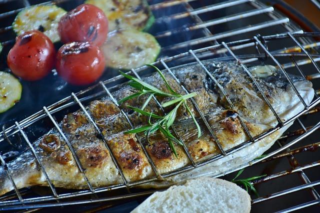 魚を焼いている写真