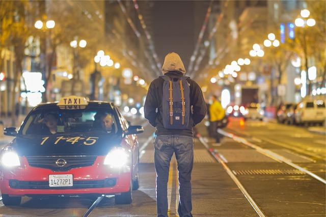 マウンテンパーカーを着ている男の人の後ろ姿の写真