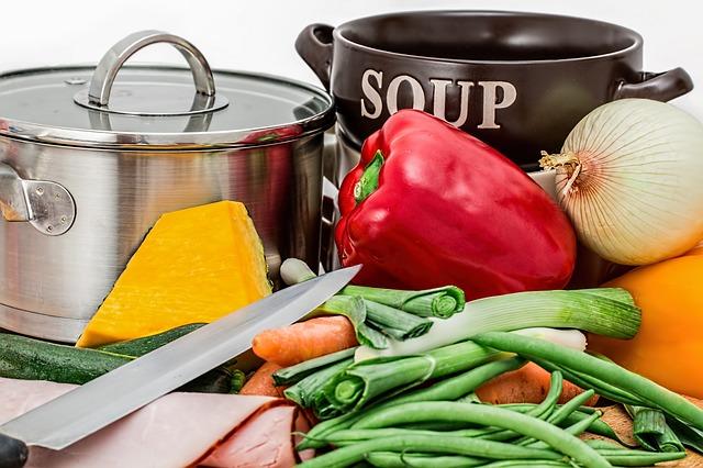 鍋と野菜でスープ作り