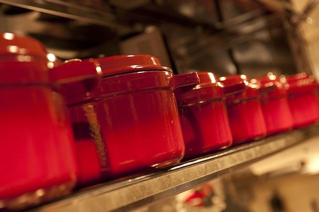 並んでいる赤い無水鍋