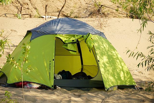 砂の上に張ったテント