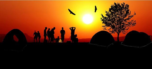 夕日に浮かぶテントの影