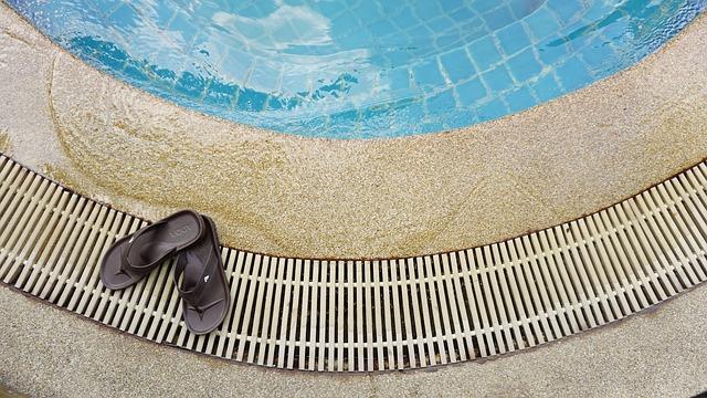 プールサイドに置いてあるサンダルの写真