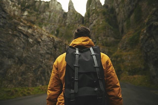 デイパックを背負っている男性の後ろ姿の写真