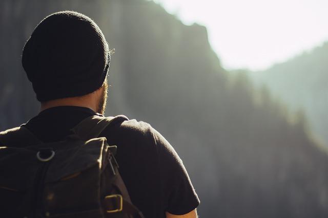 黒のデイパックを背負っている男の人の写真