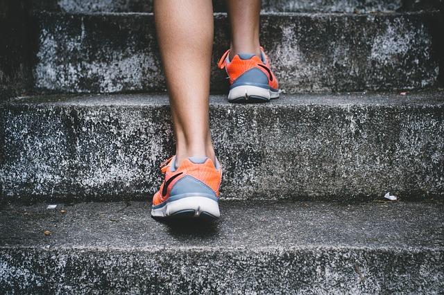 ナイキのランニングシューズを履いて階段を登っている写真