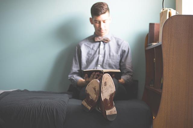ベッドの上に座っている男の人の写真