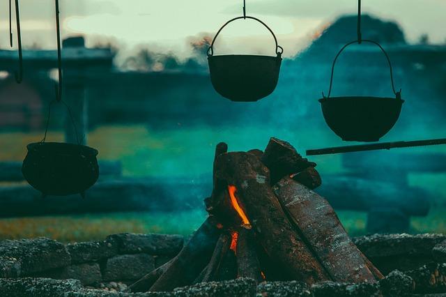 焚き火と吊られた調理鍋