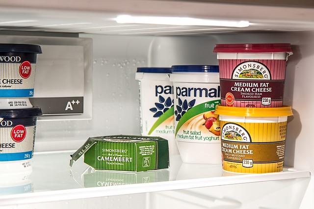 冷蔵庫内に置かれた食品