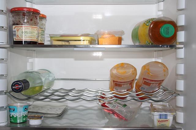 冷蔵庫に入った調味料や食材