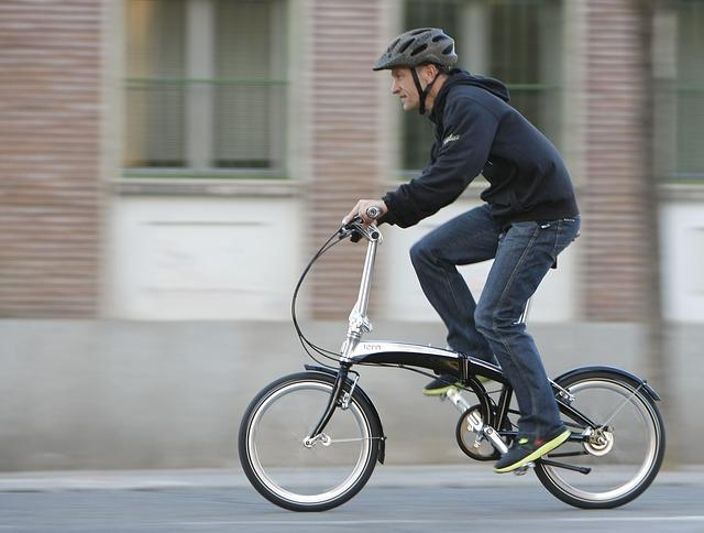 白い折りたたみ自転車