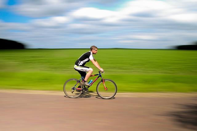 自転車で走る人