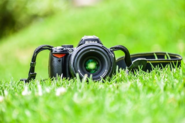 芝生に一眼レフカメラ