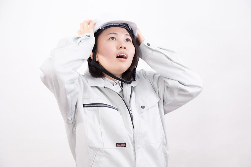 防災でヘルメットの女性