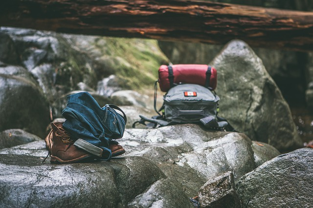 岩の上に置かれた登山リュック