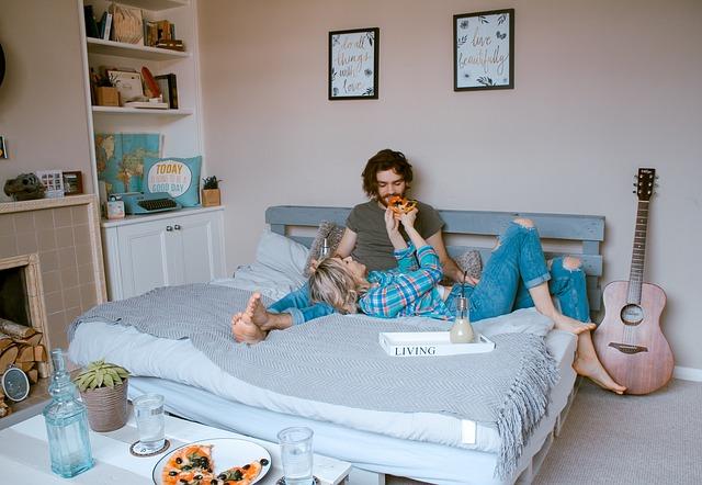 ベッドにいるカップルの写真