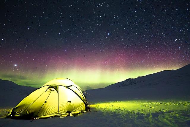 オーロラ下のテント
