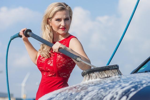 ブラシで洗車する女性