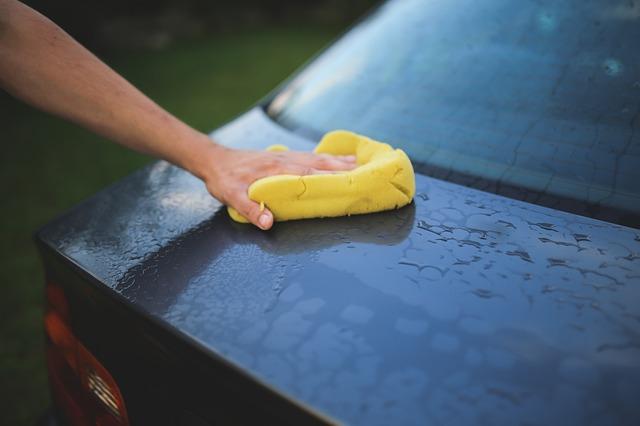 スポンジで洗われている車