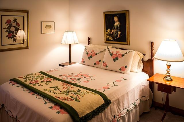 枕が2つ並んだベッド