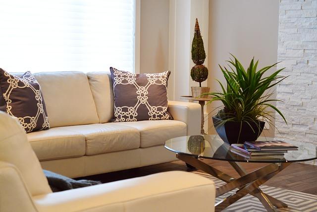 ブラウン系のソファーとクッションで統一されたリビング