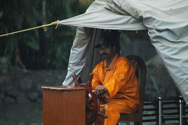 雨具を着て作業をする男性
