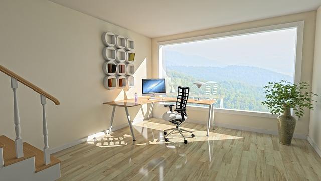 パソコンやデスクチェアなどが置かれている部屋の写真