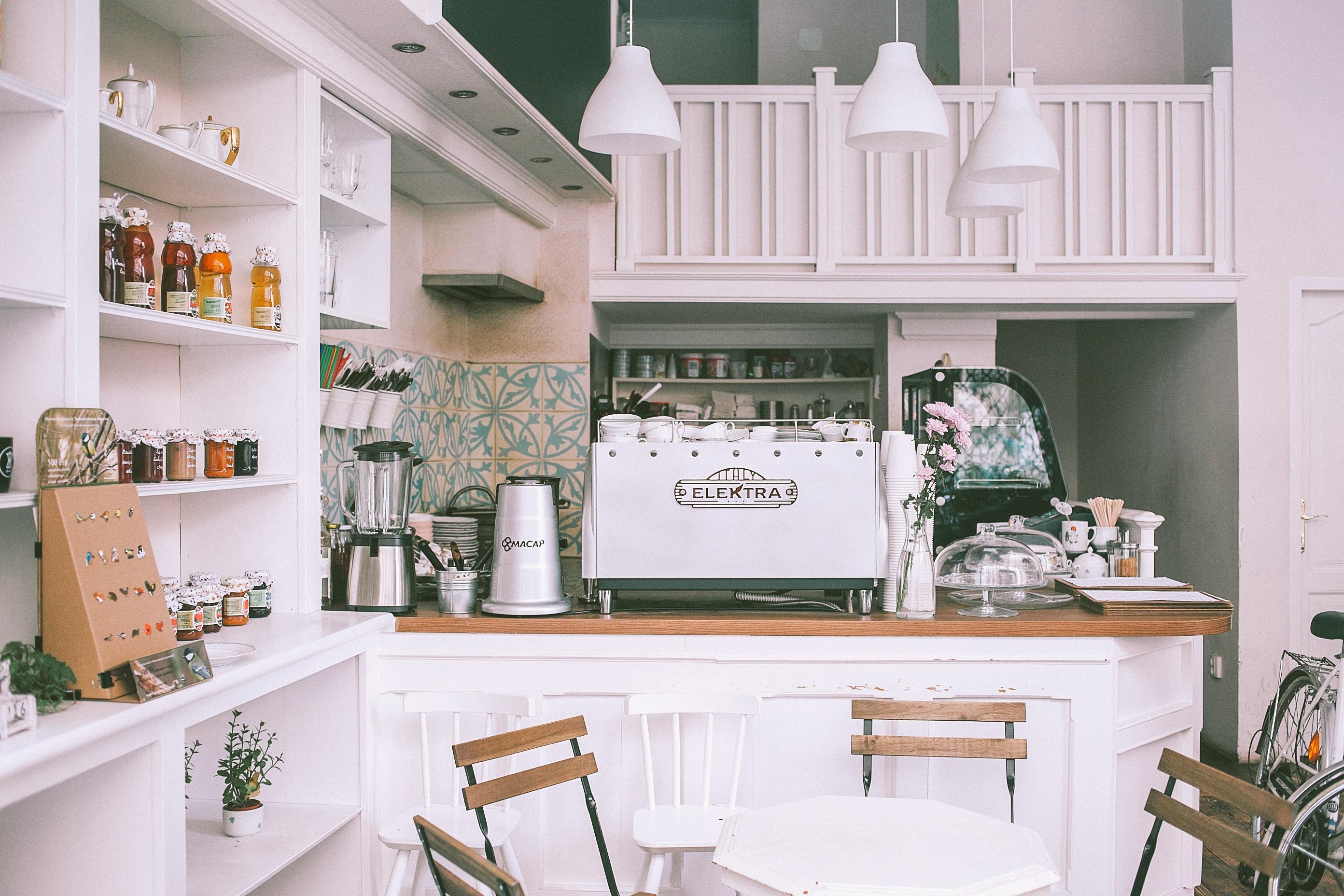 真っ白なキッチン収納