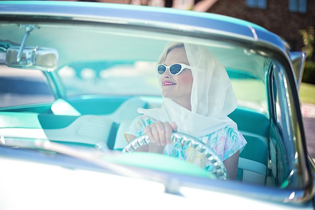 車に乗った女性の画像