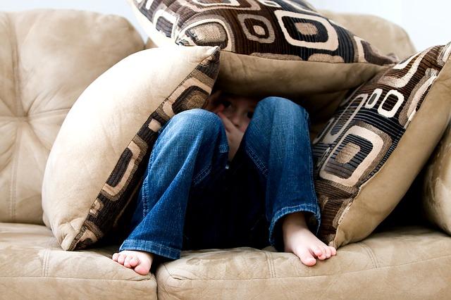 ソファに座った男の子の画像