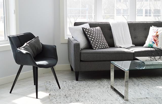 モノトーンカラーのソファと椅子の写真