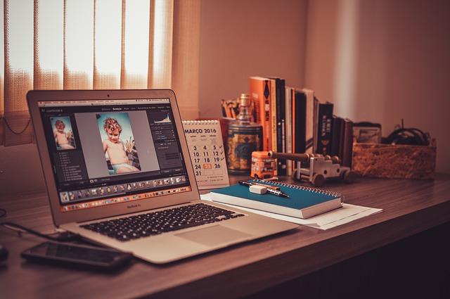MacBookのあるデスク