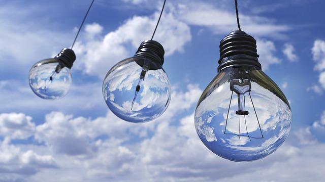 きれいな空と電球の写真
