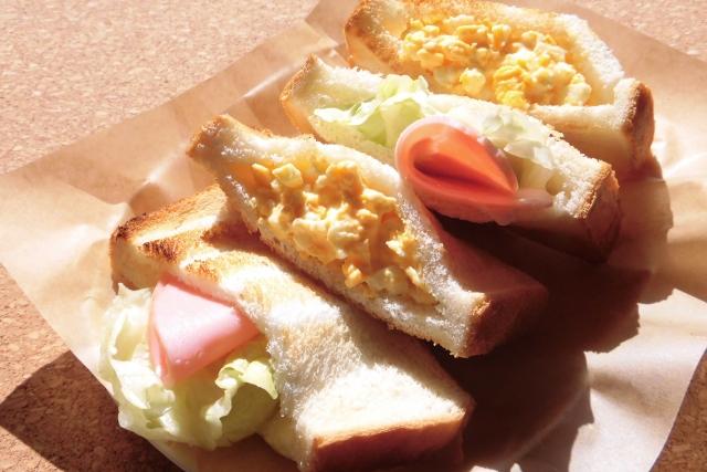 ハムと卵のサンドイッチの写真