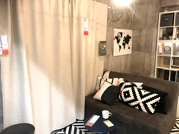 KALAMONDINカラモンディンのカーテンとグレーのソファ