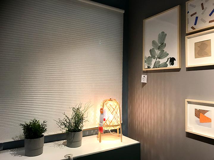 HOPPVALSホップヴァルスのブラインドカーテンと窓辺の植物