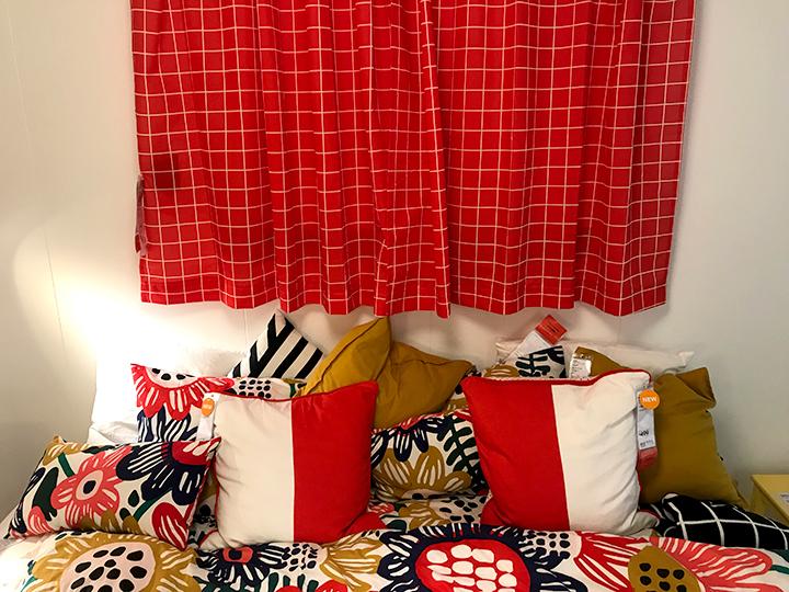ROSALILLローサリルのカーテンがあるベッドルーム
