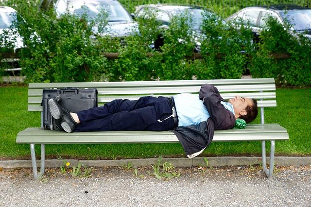 ベンチで寝る写真